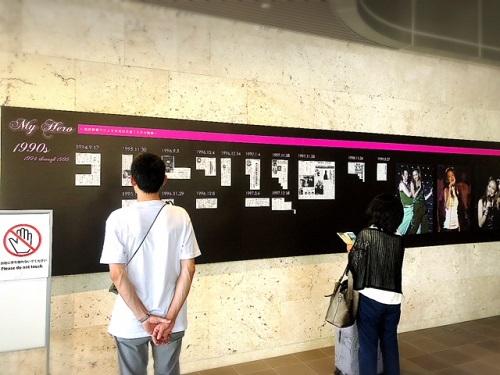 沖縄は安室ちゃんフィーバー!琉球新報ビルに巨大安室ちゃん25年の軌跡