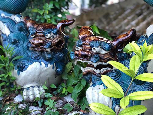 那覇・壺屋を「おきなわスローツアー」ゆったりまち歩きでみつけた額に王の字焼物シーサー