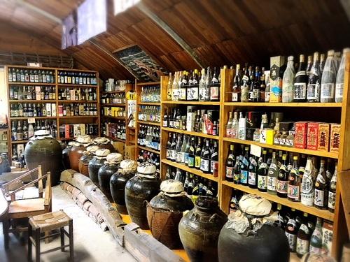 9月4日は古酒の日。泡盛仙人島袋正敏に萬草庵で古酒の奥深さを教えてもらう