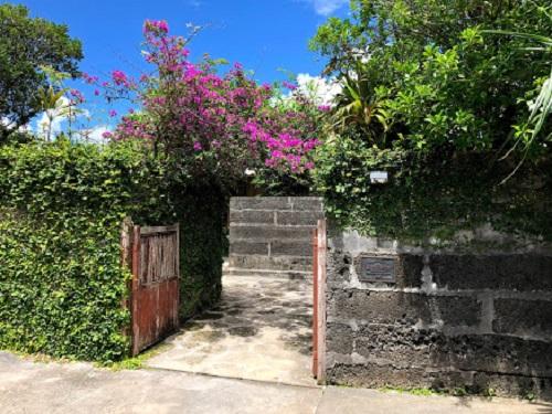 「沖縄そば屋宜家」は文化財に指定された琉球建築の古民家のひんぷん