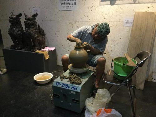 那覇市の泡盛と酒器が大集合「琉球泡盛と伝統工芸品」育陶園高江洲さんの実演