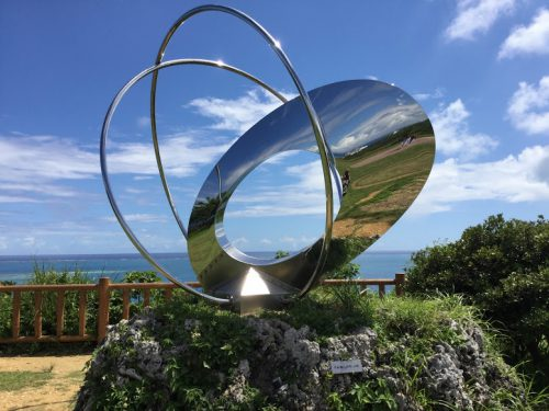 沖縄南部の隠れた絶景スポット「知念岬公園」のモニュメント