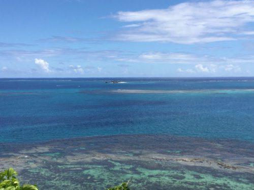 沖縄南部の隠れた絶景スポット「知念岬公園」から見る太平洋、コマカ島