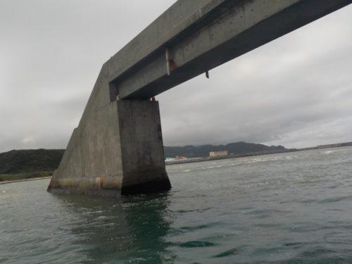 久米島の海には「取っ手」がある?ダイビング船がくぐるシールガチ橋