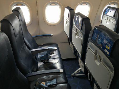 沖縄便の機内です。バニラエアのシートは革張りですので身体に負担なく過ごせます。