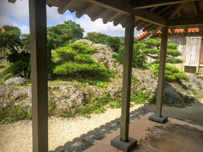 無料ガイドツアーで見られる首里城正殿内の庭