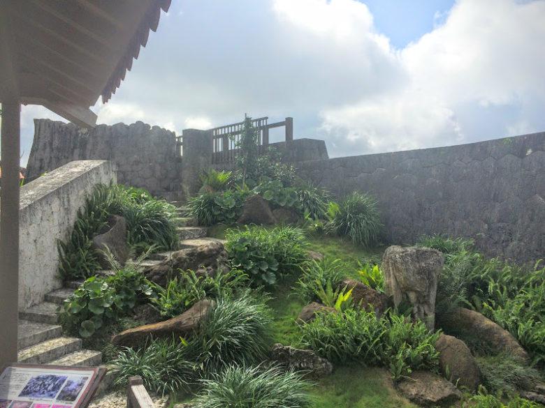 首里城内の奥書院の庭。無料ガイドツアーで見てください。