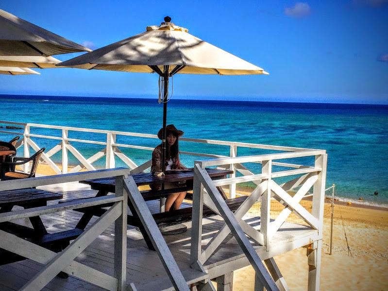 お洒落なウッドデッキ。ミッションビーチ内には、素敵なBGMも流れてて気分を盛り上げてくれます。