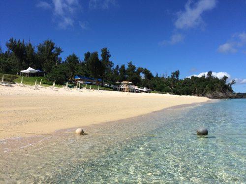 プライベートビーチなので混雑とは無縁。白い砂浜、どこまでも透明な海、静かに海辺で過ごすこともできるお洒落な大人のビーチ。