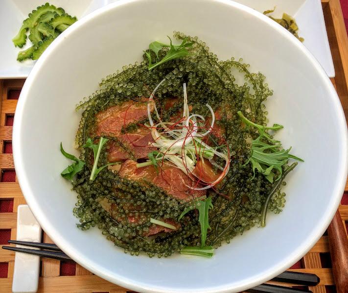 景色だけでなく、沖縄の人気食材を使用したメニューも最高です。
