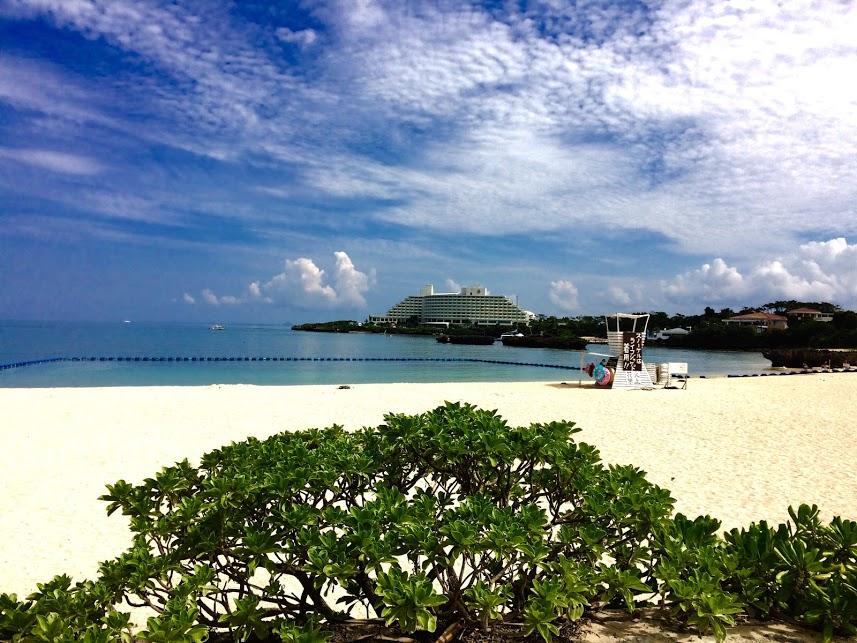 ANAインターコンチネンタル万座リゾートと同じような立地と景観が楽しめるビーチ。この海をバックにマーメイド体験ができます。真っ白い砂浜に雄大な景色、真っ青な海とマーメイドに変身するには完璧なロケーションです。