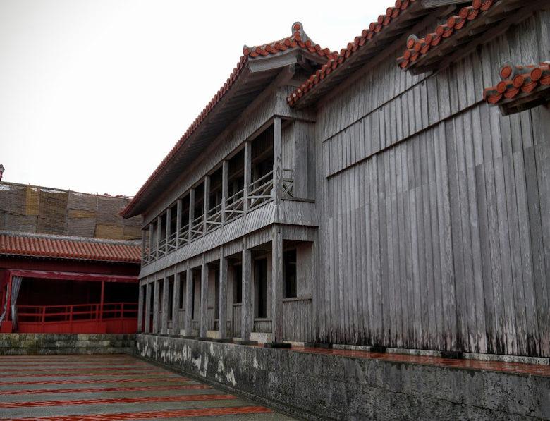 首里城南殿は薩摩の使者を接待した場所です。ここから無料ガイドツアースタート