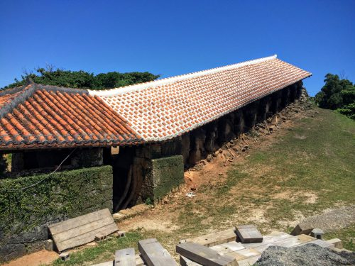 読谷村のやちむんの里は、19の工房が点在する読谷窯