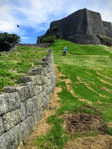 急こう配の階段は、敵の攻めを回避するため計算されています。