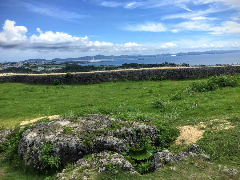 頂上から景色は、勝連城ならではの景色です。うたきがあります。
