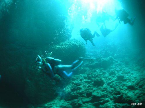 真栄田岬と幻想的なダイビングスポット「青の洞窟」