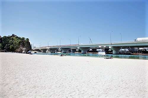 那覇から近いシュノーケリング可能な那覇市内で空港に近いビーチ、波上宮が見える