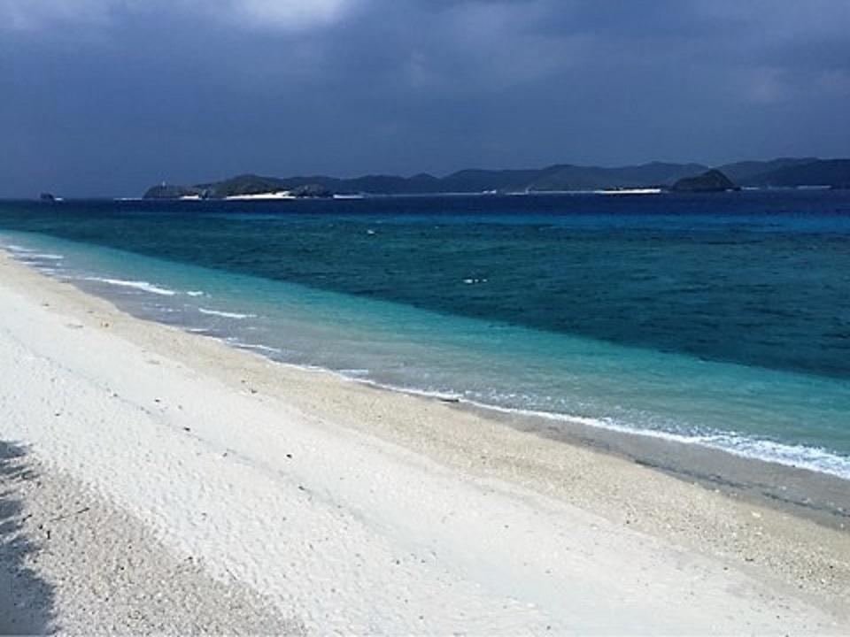 シュノーケリングする人が多い白浜が続くビーチ