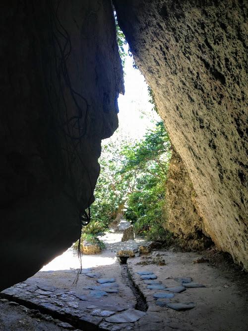 三庫理(サングーイ)2本の鍾乳石とそのつきあたりが拝所