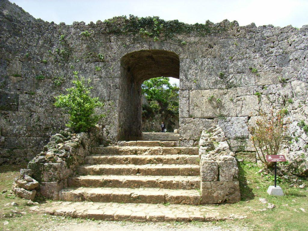 中城城は駐車場から一番近いのが裏門