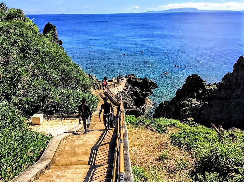 青の洞窟に向かうエントリースポットへの階段