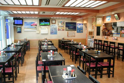 リピーターの大人気の空港食堂。空港内で食事をするなら絶対おすすめの食堂。料金も安いし、料理は美味しい。