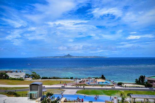 美ら海水族館は、人気の水族館だけでなく景色も最高。目の前に広がる真っ青な海を眺めてるだけでも感動します。