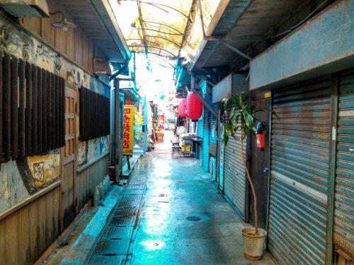 昼間は静かな町だが、夜になれば那覇地域で1番熱い町に様変わりします。