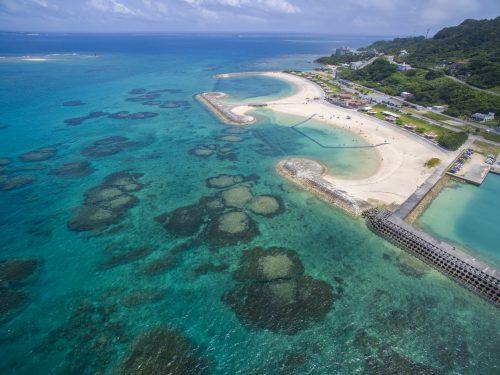 那覇から近いシュノーケリング可能な沖縄本島南部、久高島の入口にあるあざまサンサンビーチ