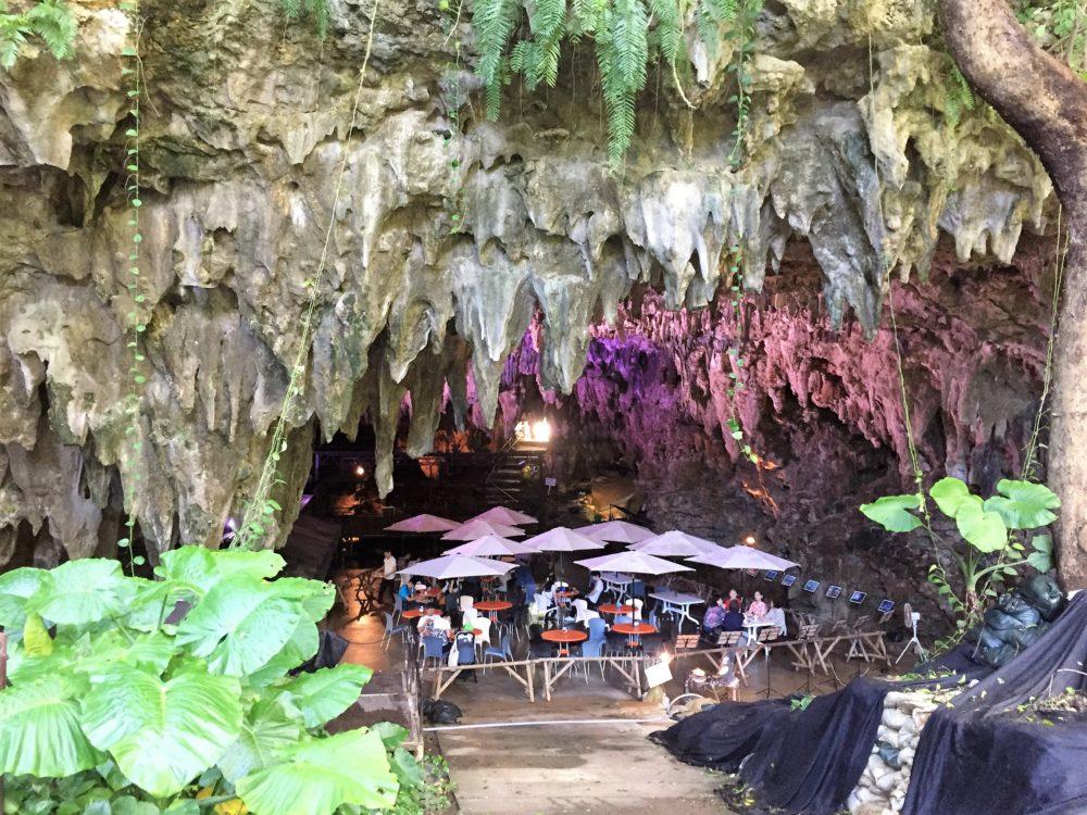 本物の鍾乳洞の中にある「CAVE CAFE(ケイブカフェ)」
