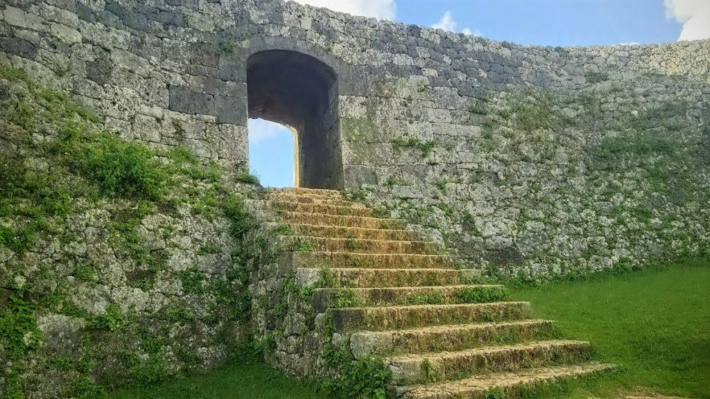 世界遺産座喜味城は見事な曲線美と残波岬を一望できる