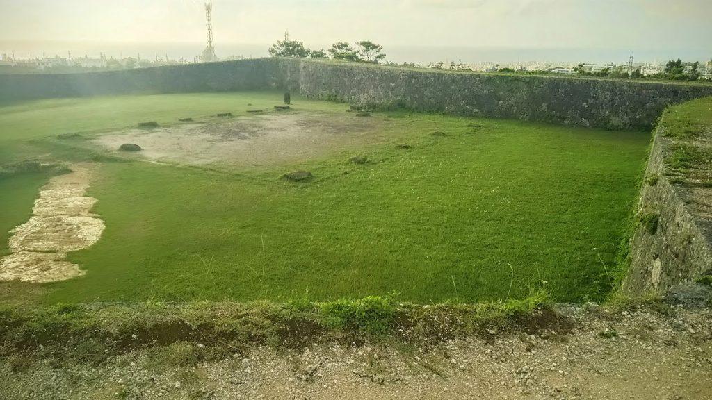 世界遺産座喜味城は見事な曲線美と残波岬