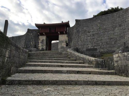 瑞泉門は急な階段を上がっていく