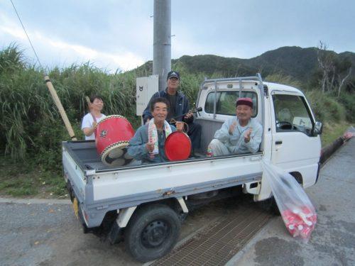 軽トラで応援、沖縄本島最北の島、月あかりで走る伊平屋ムーンライトマラソン