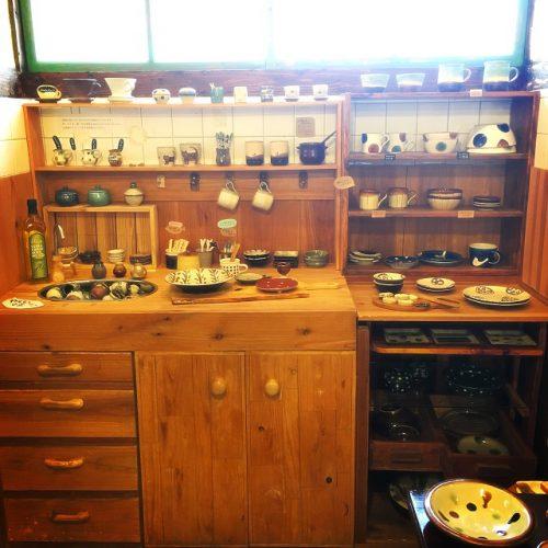 那覇市壺屋やちむん通りのオシャレな陶器店「ヤッチとムーン」は自宅の台所のようです。