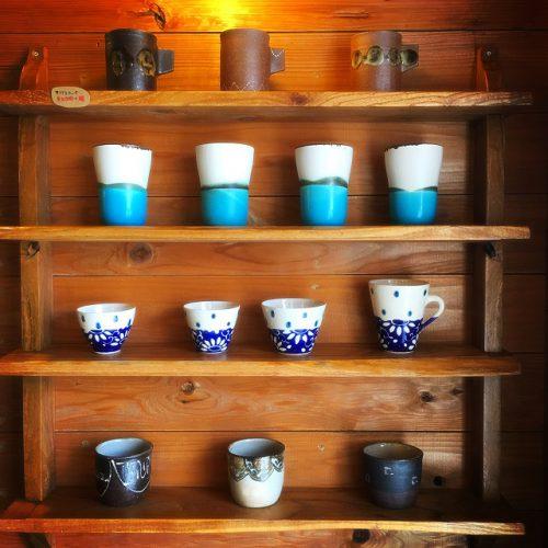 那覇市壺屋やちむん通りのオシャレな陶器店「ヤッチとムーン」のカップ達