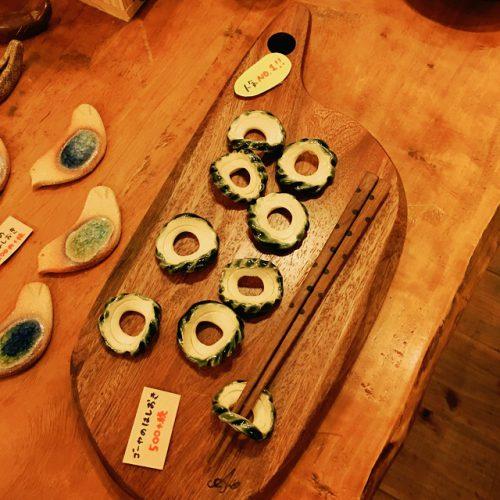 那覇市壺屋やちむん通りのオシャレな陶器店「ヤッチとムーン」のゴーヤーの箸置き