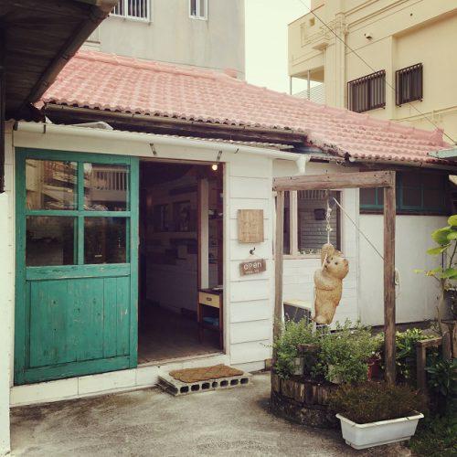 那覇市壺屋やちむん通りのオシャレな陶器店「ヤッチとムーン」は古民家を改造