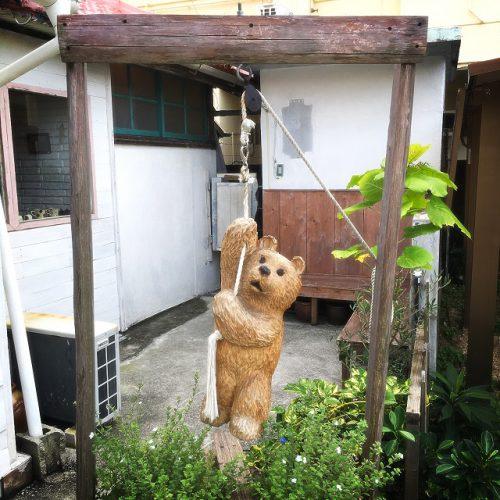那覇市壺屋やちむん通りのオシャレな陶器店「ヤッチとムーン」の玄関にいるクマさん