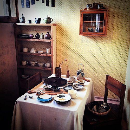 那覇市壺屋やちむん通りのオシャレな陶器店「ヤッチとムーン」の店内