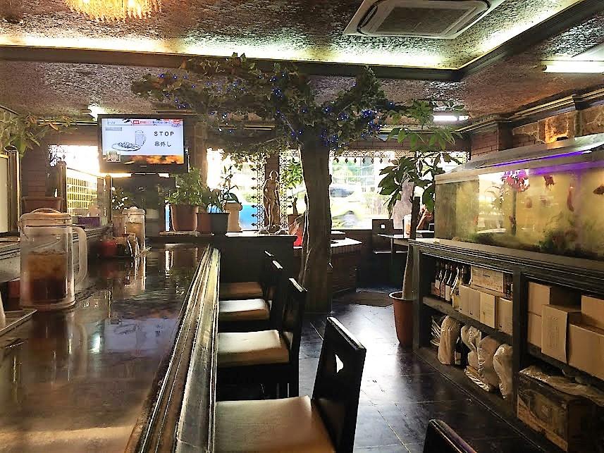那覇ハイウェイ食堂の店内です。
