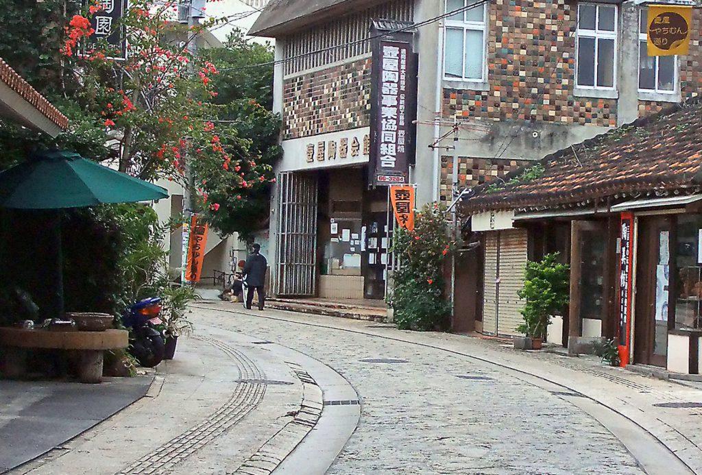 那覇市壺屋やちむん通りには陶器店が並ぶ