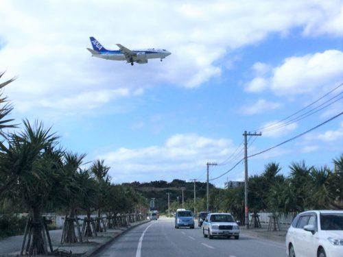 瀬長島海中道路上空を、飛行機が那覇空港に着陸体制