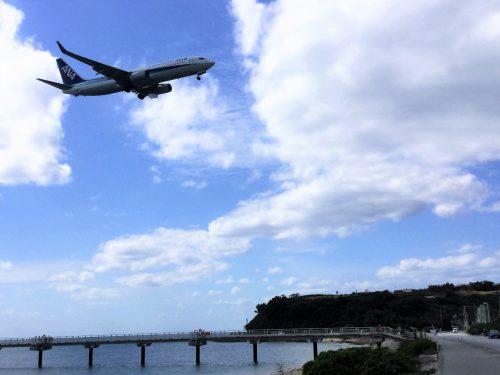 那覇空港に着陸態勢に入り瀬長島上空の飛行機、見学のおすすめポイント