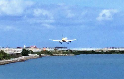 那覇空港に着陸寸前の飛行機