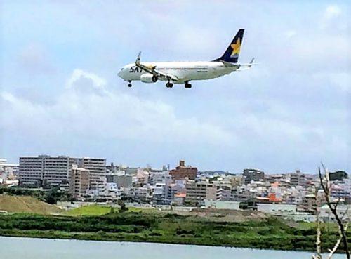 瀬長島上空を飛行機が那覇空港に着陸体制に入った