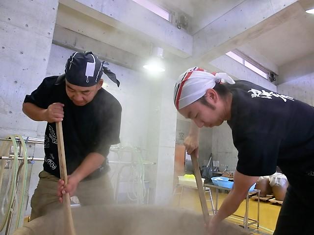 泡盛工場見学が日曜日でもできる蔵元<沖縄本島南部編>忠孝酒造蒸し米をかき混ぜています。泡盛造り体験中