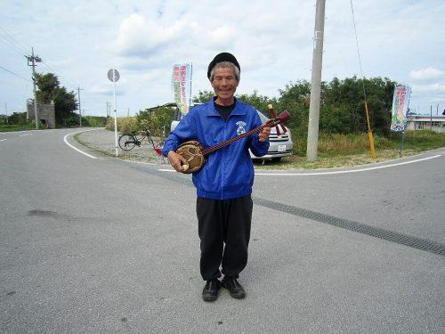 伊是名島尚円王マラソンを応援、三線おじさんは伊是名島