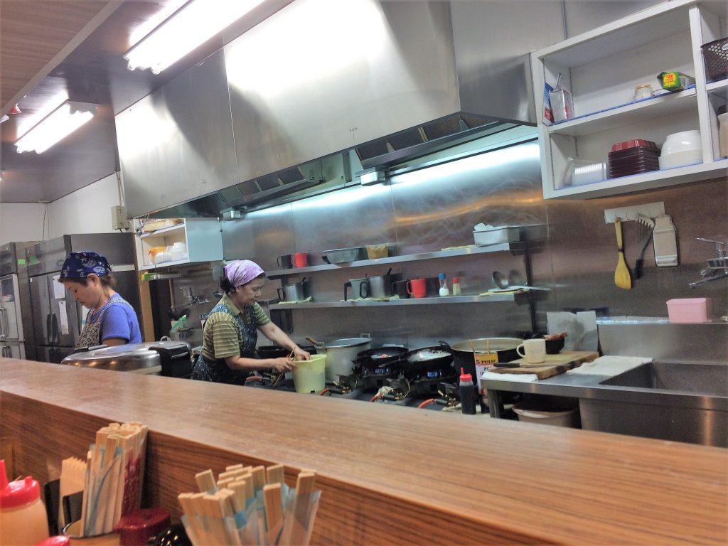 那覇市の食堂は移転したばかりの三笠食堂の厨房です。