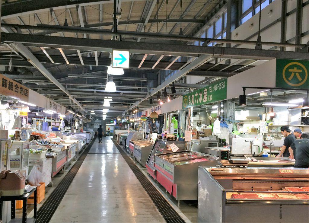 24店舗が並ぶ那覇の魚市場泊いゆまち